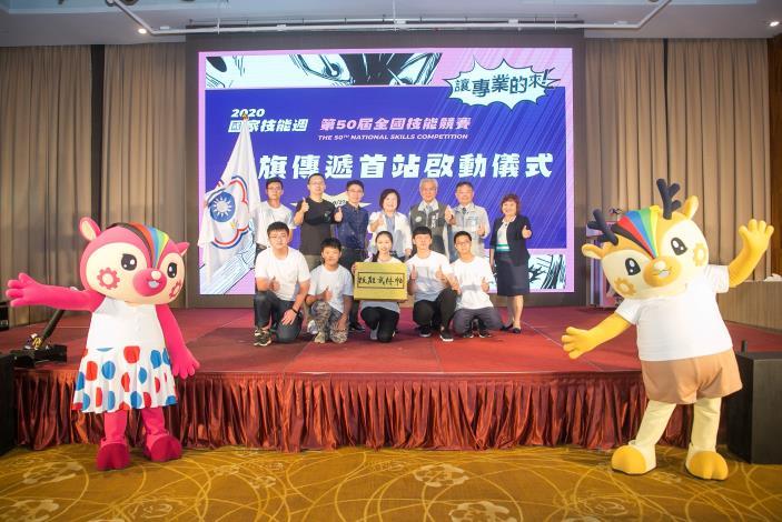 勞動部部長許銘春與桃竹竹苗區選手代表合影