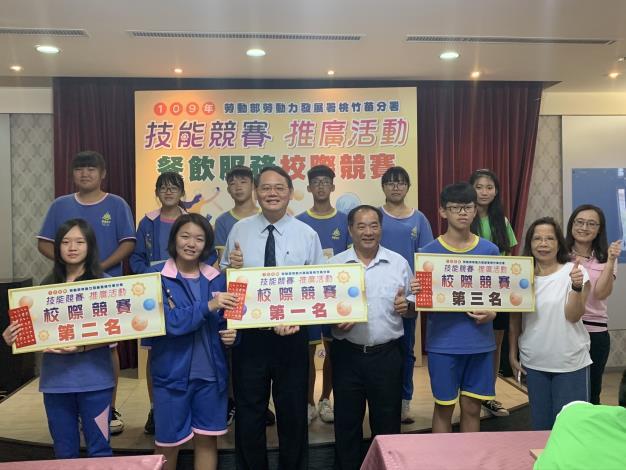 賴家仁分署長(前左3)與仰德高中甘能賓校長(前右3)一起頒發獎狀給校際競賽表現優異的國中生。