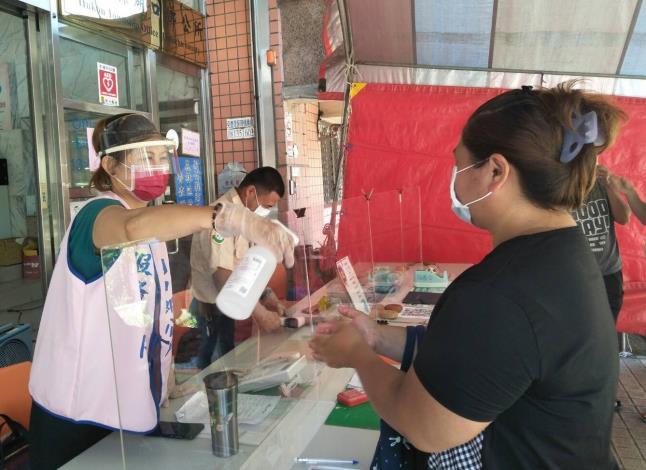 勞動部「安心即時上工」計畫安排小襄(左)至政府部門協助防疫,並為她爭取6個月的求職緩衝期。