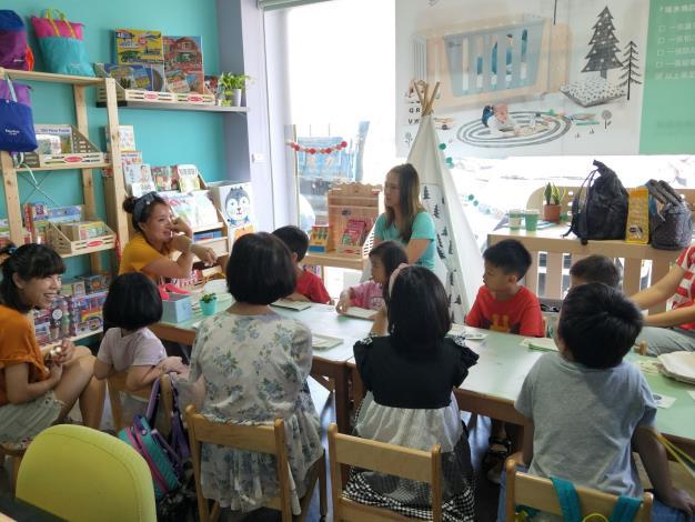 「凱恩外婆」周末的親子手作互動課程,老師在與小朋友說大象遇到垃圾袋的錯愕故事。
