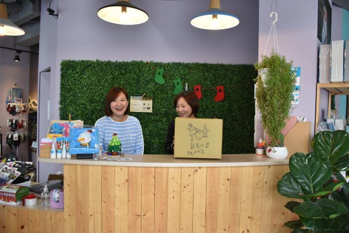 「凱恩外婆」負責人李佳哲(左)與姊姊李依哲(右)一同打理店內事務。