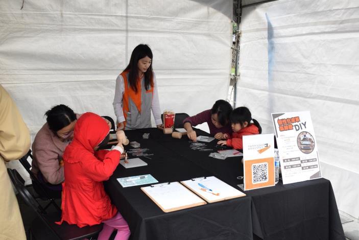 「衣啟飛翔創客基地」於現場提供手作皮革集線器體驗活動,吸引民眾爭相報名手作體驗。.JPG