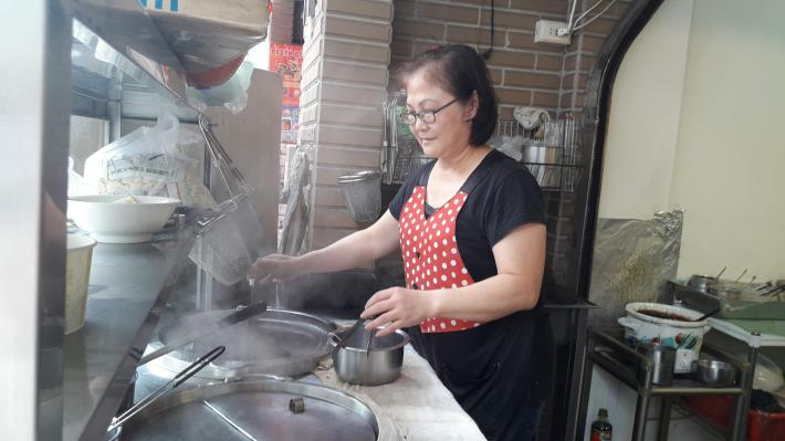 位於桃園龜山平民美食「感謝心骨仔肉」,林淑珠在微型創業鳳凰貸款幫助下成功換購設備,將美味回饋給當地客戶。