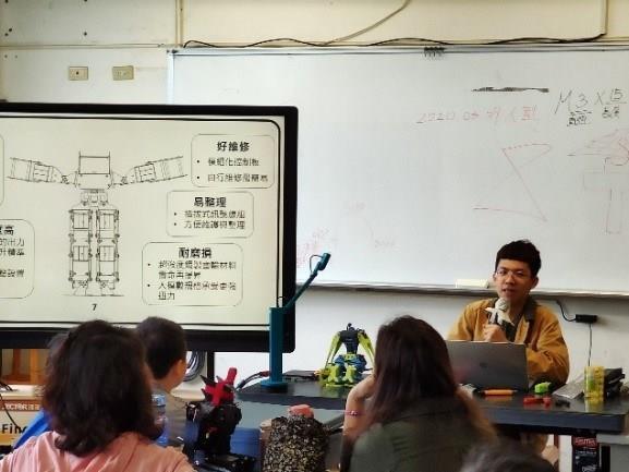 人形機器人課程,蔡昇恩與學員進行課程解說