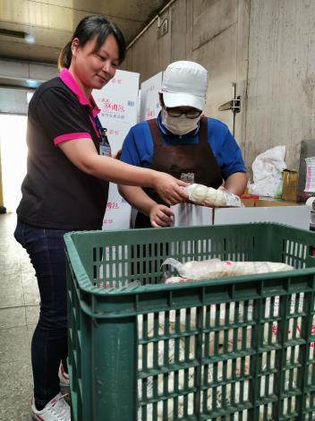 2.就業服務員曾淑琴(左一)協助小婷(右一)適應職場-1