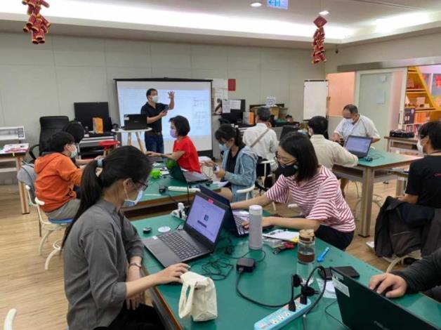學員至創客基地課程學習與實際操作照片1