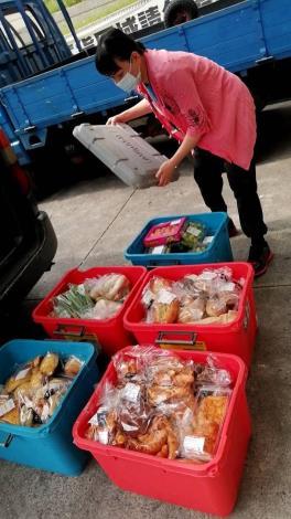 多福教育關懷協會為愛心食物銀行收集物資並發放給弱勢家庭