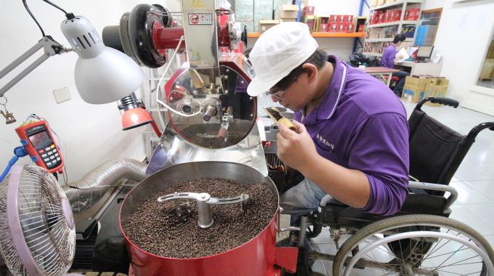 中彰投分署運用「培力就業計畫」協助阿德將興趣與工作結合,並考取SCA國際烘焙證照。.JPG
