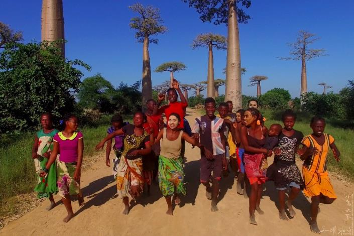 小島大歌在馬達加斯加的猴麵包樹大道和當地村民跳舞歌唱!