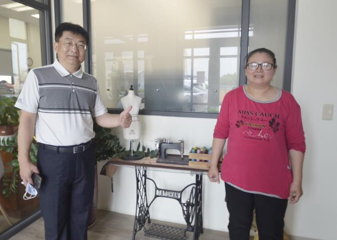 何麗娟(右)工作認真積極,深獲老闆鄭信億(左)肯定。.JPG