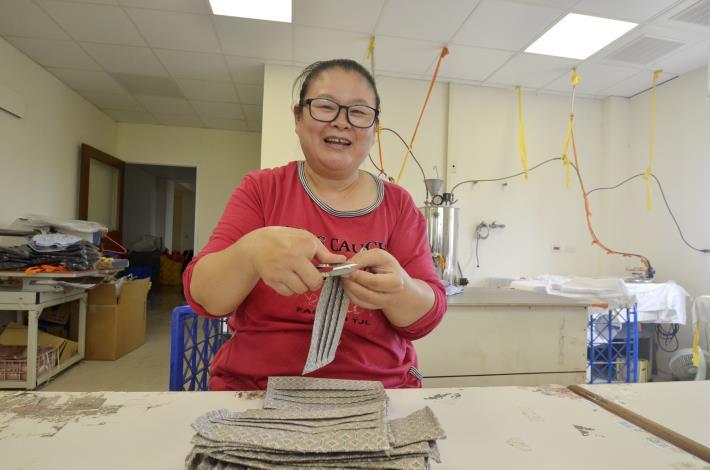 52歲單親媽媽何麗娟,透過僱用獎助措施方案,找到服裝公司廠務助理工作,現已穩定工作一年半。.JPG