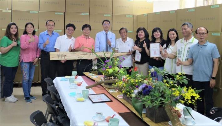 華南社區發展協會理事長劉清極(右6)帶領團隊讓在地產品熱銷,雲嘉南分署長劉邦棟(左5)支持肯定