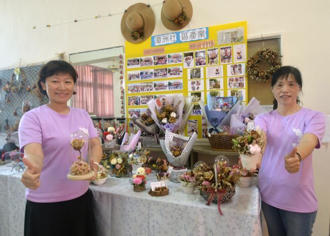 侯美珠(右)開發木玫瑰花束、名片架文創商品,銷量穩定成長,為產業帶來生機。.JPG