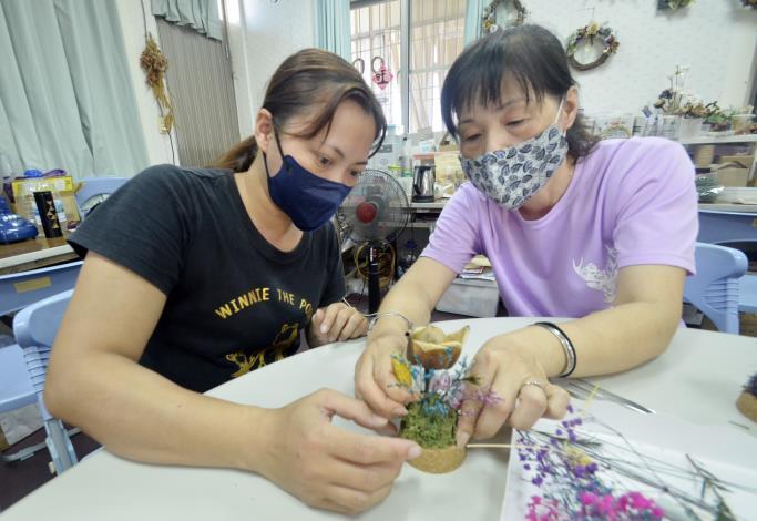 侯美珠(右)帶著民眾進行木玫瑰DIY體驗。.JPG