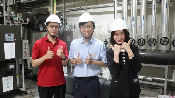 晶英酒店客房部副總監林竑伸(左)及人資部專員蔡雅慧(右)肯定青艦計畫宋文祥(中)表現.JPG