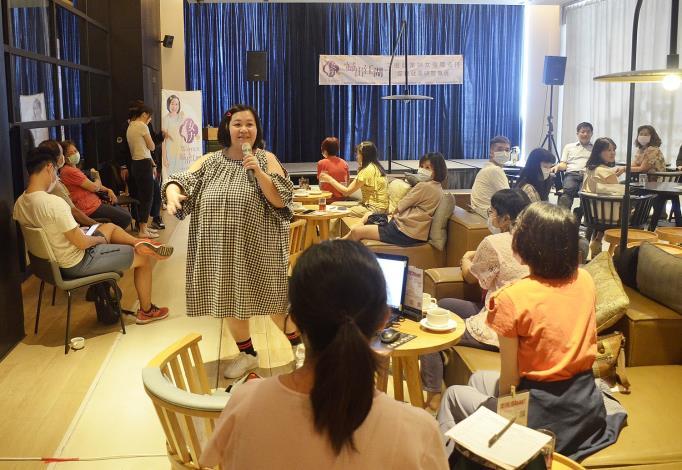 講座有近百位女性朋友聆聽,大家笑聲不斷,收穫滿滿。.JPG