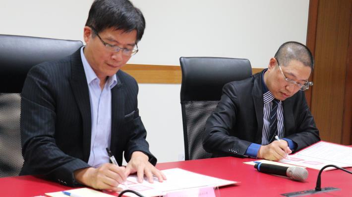 雲嘉南分署長劉邦棟(左)及太陽光電公會理事長蔡宗融(右)簽署合作.JPG