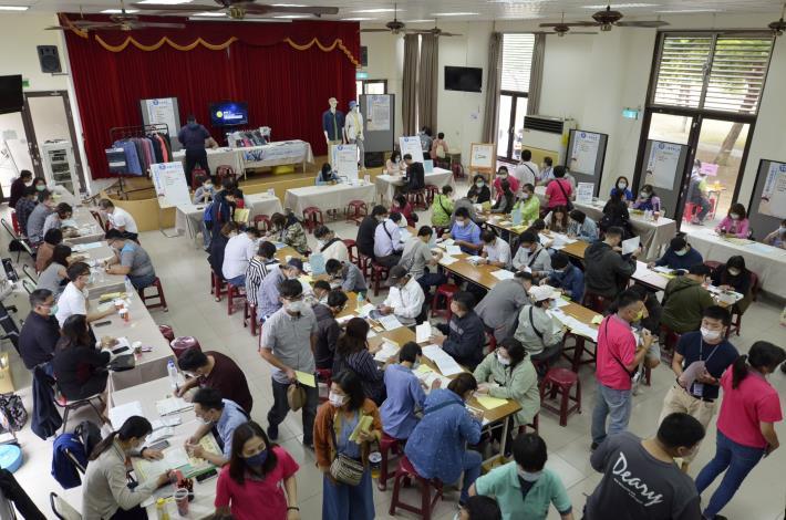 永康就業中心舉辦大型徵才活動,一早吸引不少人潮來找工作.JPG