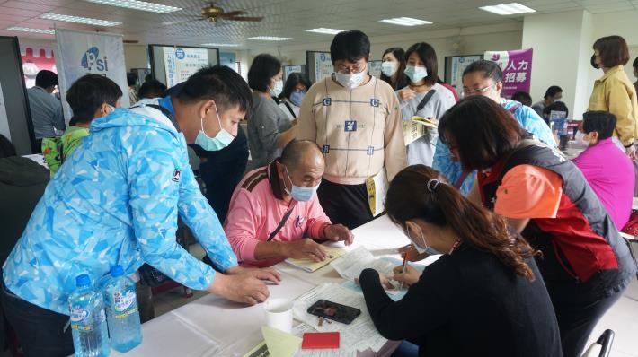 永康就業中心辦大型徵才活動,吸引許多民眾求職.JPG