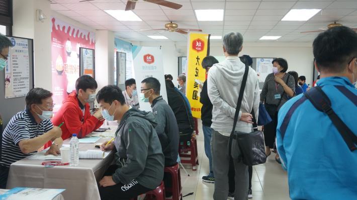 永康就業中心辦大型徵才活動,吸引許多民眾求職1.JPG