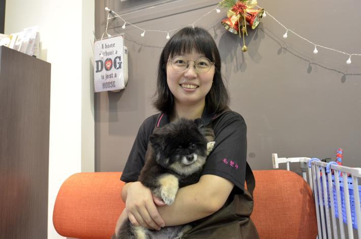 陳芊如表示,專業寵物美容師要先花時間與毛小孩互動,了解習性、安撫牠們緊張情緒,才不會讓彼此受傷。.JPG