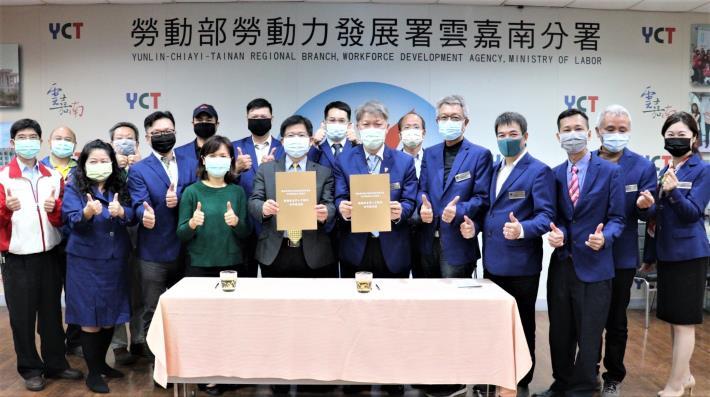 雲嘉南分署長劉邦棟(中左)及輕鋼架協會理事長韋春發(中右)簽署合作,未來將一起培育輕鋼架工程人才.JPG
