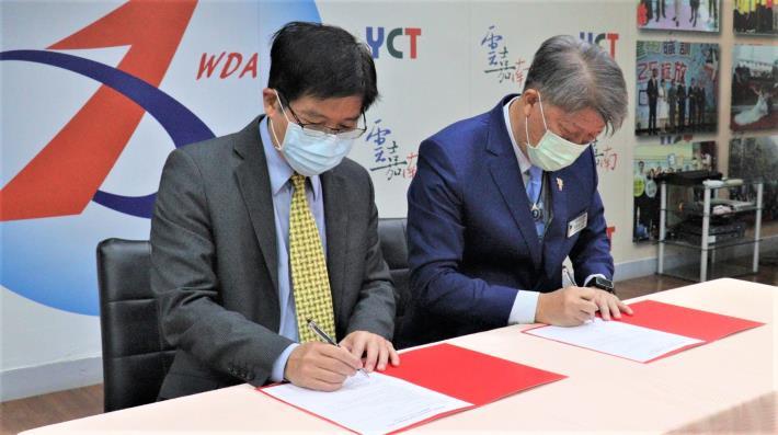 雲嘉南分署長劉邦棟(左)及輕鋼架協會理事長韋春發(右)簽署合作.JPG