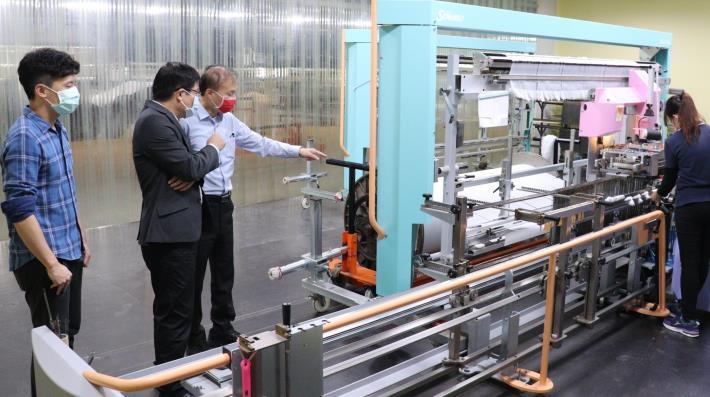 東纖引進自動穿綜設備,減輕中高齡工作負擔.JPG