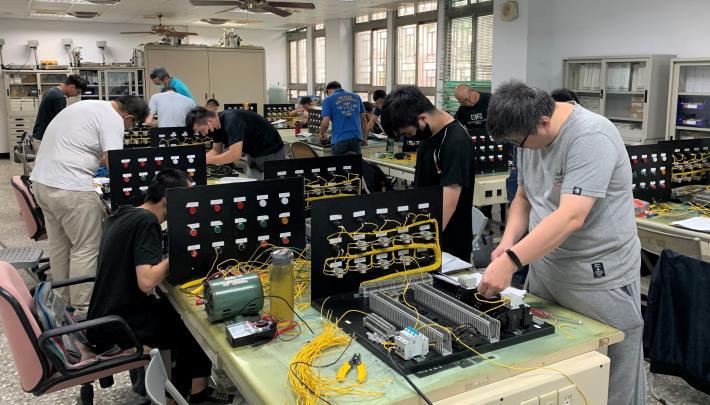 雲嘉南分署109年度輔導逾千人人參加失業者職前訓練,就業率逼近9成,圖為民眾受訓實作情形.JPG