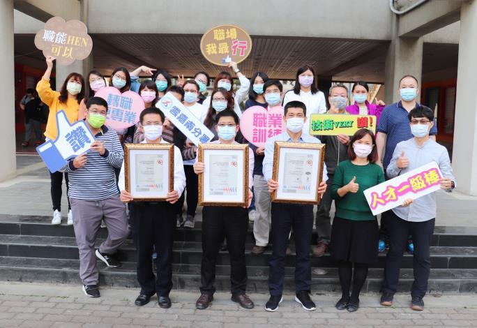 雲嘉南分署長劉邦棟(前排左3)與辦訓團隊歷經1年終獲SGS認證,成為全亞洲唯一同時獲得ISO21001、9001及29993三張證書的辦訓機構!.JPG