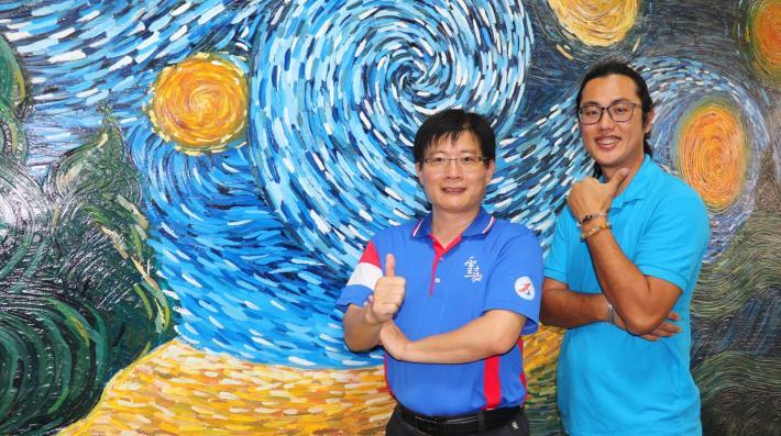 雲嘉南分署長劉邦棟(左)及職訓師林裕強(右)身後就是利用漆作技術彩繪而成的牆面,歡迎想進修或學第二專長的民眾報名