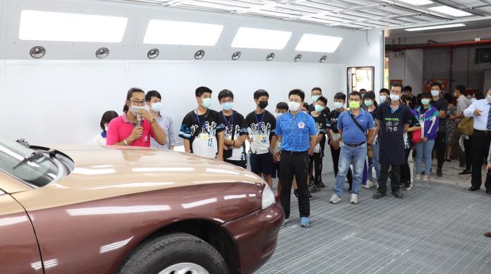 綠島國中師生慕名到雲嘉南分署體驗職涯,學生對「無塵噴烤漆室」充滿好奇。.JPG