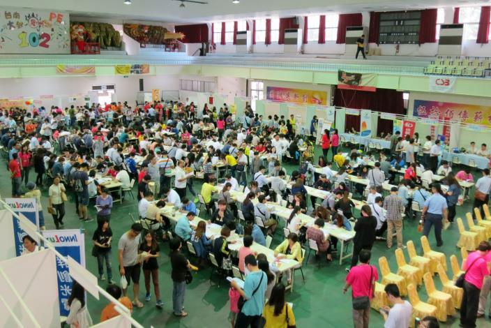 勞動部臺南就業中心將在5月8日於國立臺南大學中山體育館舉辦大型徵才活動,歡迎青年朋友或想轉職民眾參加。圖為以往大型徵才活動資料畫面.JPG