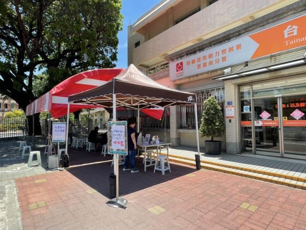 台南就業中心搭棚設立戶外櫃台,減少民眾於室內接觸機會。