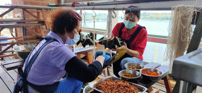 馬沙溝社區媽媽製作火燒蝦粽