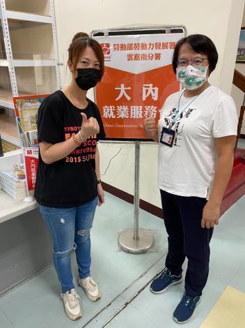 永康就業中心就服員黃淑華(右)已幫曹淑梅(左)找到蘭園培育員工作,待安心即時上工計畫結束就能無縫接軌到新職場。