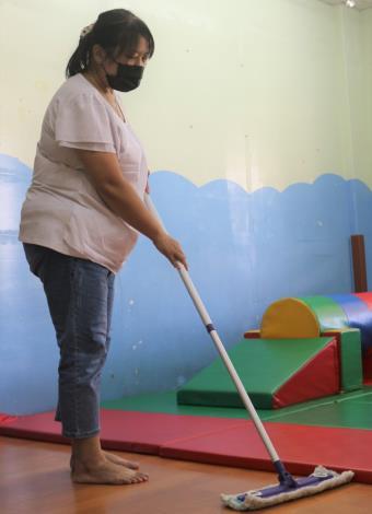 阿秀(化名)說,雖然每天都要打掃清潔教室,但能讓小朋友有乾淨衛生的上課環境,就覺得付出是有價值的。