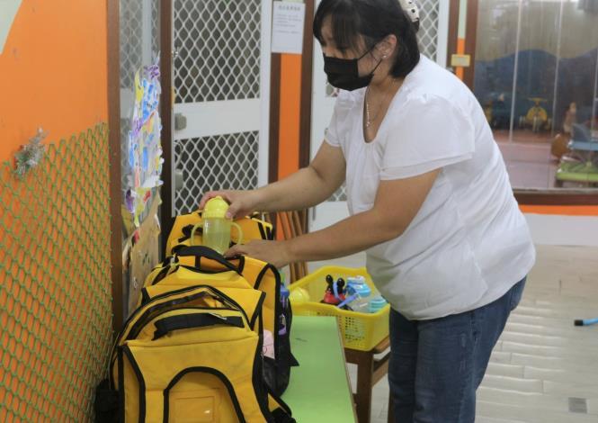 阿秀(化名)表示每天都可以跟小朋友相處,為他們整理書包,是一件很幸福的事!