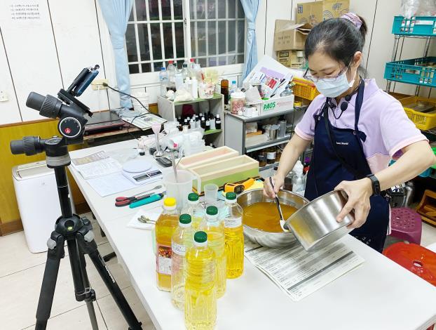 疫情期間,劉月娥改採線上教學,教民眾製作手工皂與保養品。