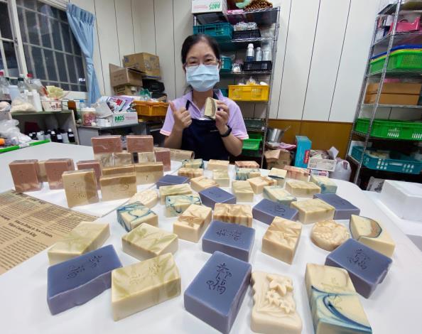 58歲劉月娥參加產投在職進修課程,學習手工皂製作、化妝保養品配方調製技術,愈學愈有興趣,還成立工作室創業,力拼事業第二春。