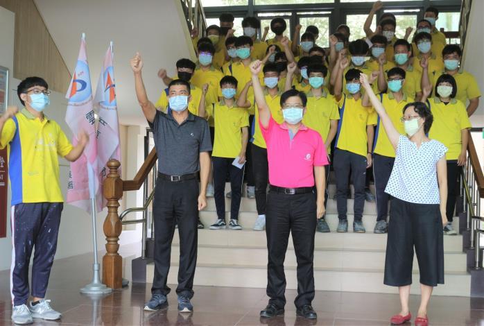 雲嘉南分署長劉邦棟(右二),帶領分署主管們一同為選手們加油打氣。