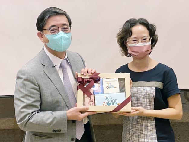 光洋科董座馬堅勇(左)與企業分享經驗,雲嘉南分署副分署長許慧香(右)出席聆聽並致贈紀念品。