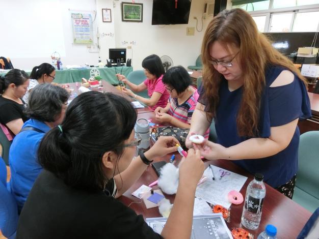 不織布網拍賣家許家郁(右一)教待業者製作甜甜圈造型不織布香包,鼓勵待業者投入微型創業。