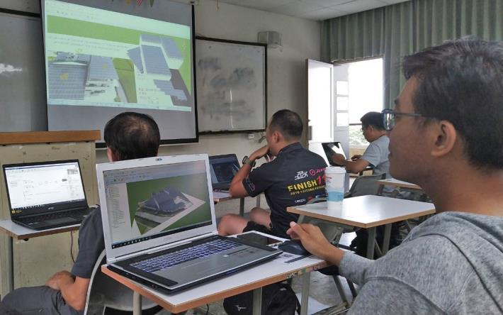 勞動部高屏澎東分署結合高雄市太陽能設備裝修職業工會所開設的「太陽能光電之3D繪圖實務應用班」,以視覺化模擬能讓客戶更清楚設備的樣貌或是完工後的模樣。