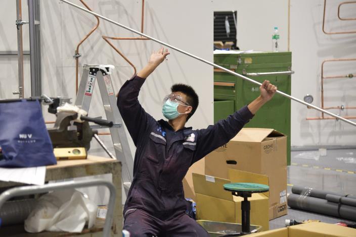 配管與暖氣職類金牌選手林鈺棠,在全國技能競賽比賽時拚盡全力,將競賽題目完美呈現在裁判及大家眼前。.JPG