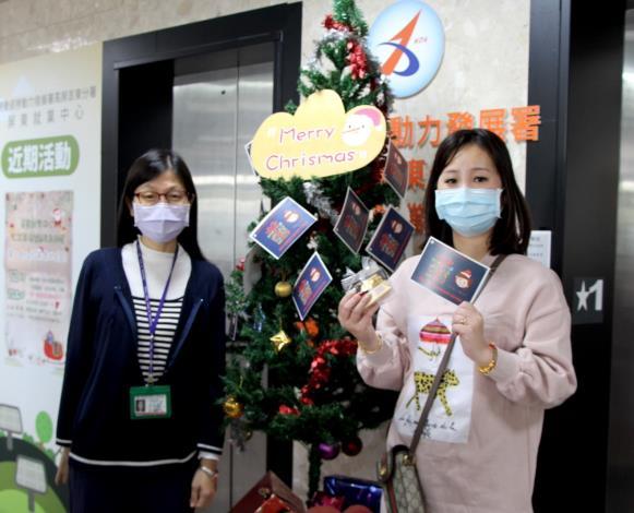 聖誕前夕,就業中心獻上限量卡片和愛心餅敢,讓民眾倍感溫馨.JPG