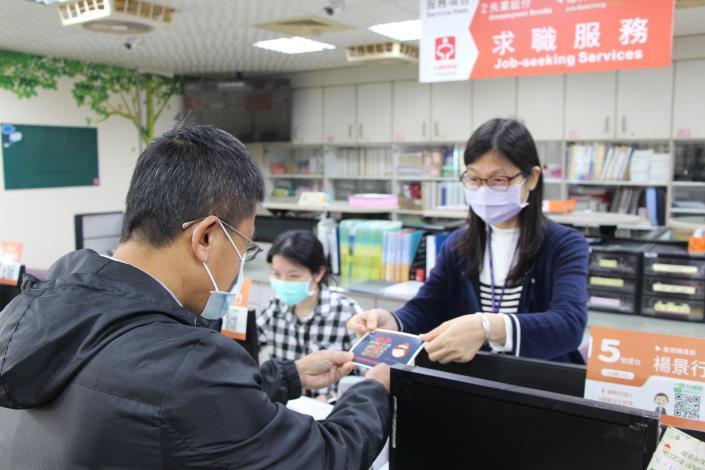 中心提供限量聖誕卡片,讓求職者寫下祝福,幫自己加油打氣.JPG