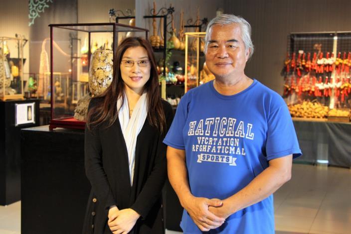 歐春菊在葫蘆藝術大師何老師(右)的指導下,展開新職涯生活.JPG