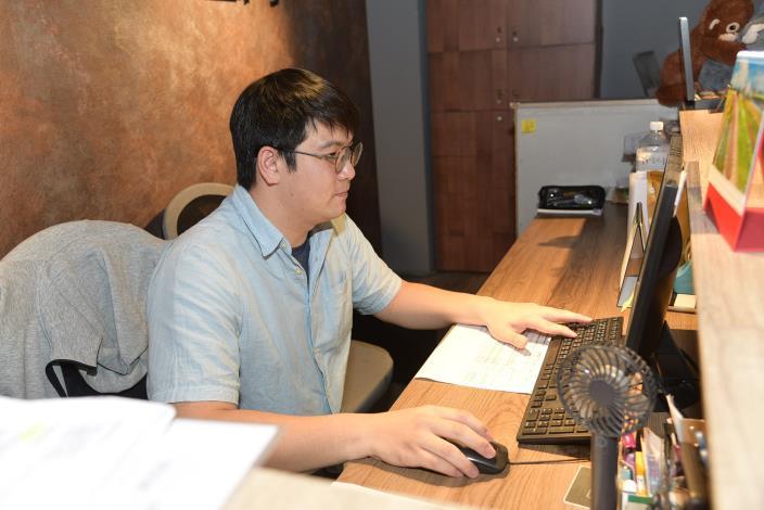 孫宜透過勞動部高屏澎東分署辦理的「國際貿易行銷班」,為自己儲備不同領域的能量。.JPG