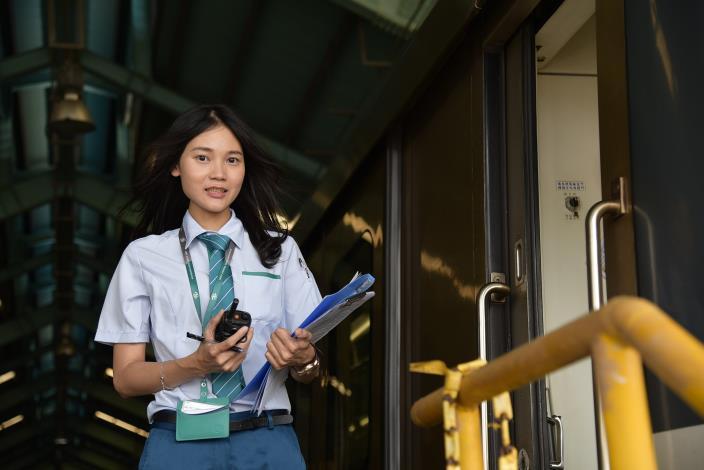 29歲的青年葉俐岑,在勞動部高屏澎東分署推動的「青年就業旗艦計畫」職場導師帶領下,順利成為獨當一面的捷運司機員。.JPG